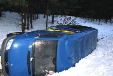 Mikroautobusas apvirto, žuvo žmogus