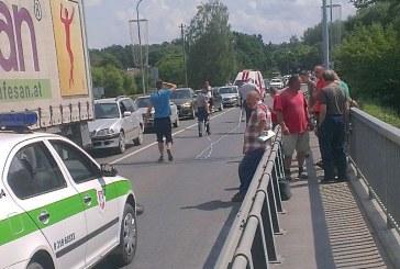 Vidurdienį buvo paralyžiuotas eismas tiltu per Nemuną