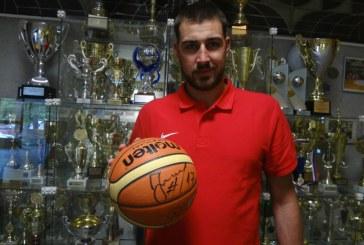 KONKURSAS! Sukurk mokyklos šūkį ir laimėk Jono Valančiūno pasirašytą krepšinio kamuolį!