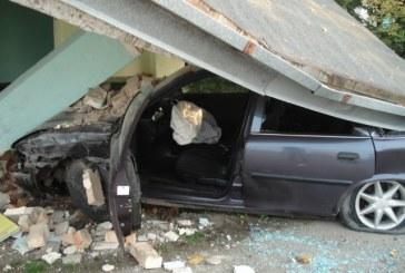 Avarija  Veiveriuose – vairuotojai nenukentėjo, autobusų stotelė sugriuvo
