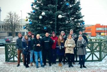 Prienų jaunimiečiai dovanojo atšvaitus miesto gyventojams