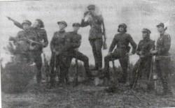 Vytautas( su žiūronais) partizanų būryje