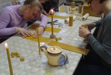 """Klebiškio kaimo bendruomenės """"Klevas"""" namuose vyko edukacinė žvakių liejimo popietė"""