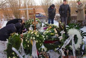 Urna su  Prienų miesto Garbės piliečio A. Lukšos palaikais atgulė Veiverių  Skausmo kalnelyje