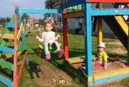 Skriaudžių darželio vaikų žaidimo aikštelė nušvito spalvingais įrengimais