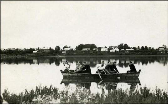 Jiezno zydai plaukioja ezere