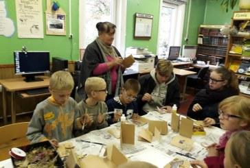 Kašonių bibliotekoje vaikai gamino dovanas mylimiems mokytojams