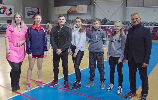 """Balbieriškio badmintono klubo """"Svajonė"""" nariai su treneriu V.R. Sidaravičiumi"""