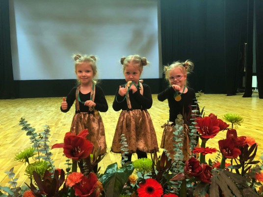 """Nuotraukoje (š kairės  į  dešinę) : Birštono ir  Prienų  """"žirniukės"""" ,  baletą  šokti  besimokančios mergaitės  Tėja Raulinaitytė,  Agnė   Bajoraitė  ir Augustė Žiūkaitė   džiaugiasi  iškovotais  medaliais"""