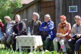 """""""Poezijos pavasario 2018"""" dalyvius sutiko pušų ošimas ir vėjo gainiojamas pienės pūkas"""