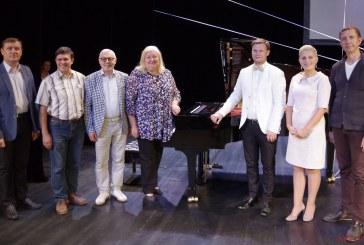 """Prienų kultūros ir laisvalaikio centre – pirmasis Austrijos """"Feurich"""" firmos koncertinio fortepijono išbandymas"""