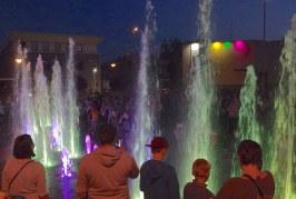 Laisvės aikštėje pradėjęs veikti įvairiaspalvis fontanas daugiausiai džiaugsmo suteikė vaikučiams