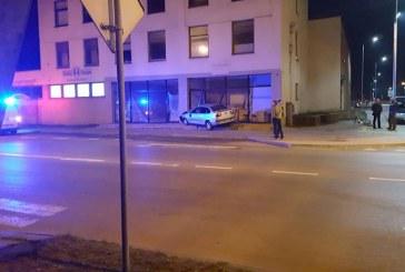Jaunojo vairuotojo vairuojamas automobilis įvažiavo į pastatą