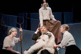 """Spektaklis """"Trys mylimos"""": žymiausių aktorių susitikimas Žemaitės komedijoje"""