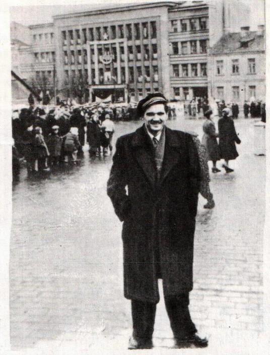 Veterinarijos akademijos studentas K.A. Lakickas prie Kauno KGB rūmų 1950 m