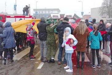 Nepriklausomybės atkūrimo dienos šventė – su keturių metų laikų orais ir 50 metrų ilgio vėliavos kelione aplink savivaldybės pastatą