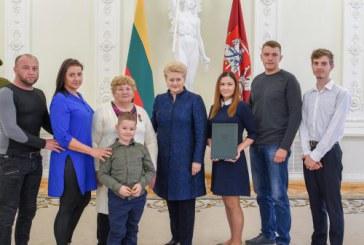 Daugiavaikei mamai iš Sundakų kaimo – Prezidentės apdovanojimas