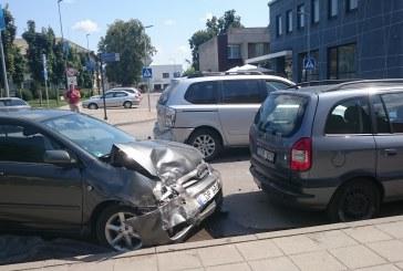 Prienų miesto centre – eismo įvykis: apgadinti 4 automobiliai, kaltininkė išvežta į ligoninę