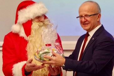 Prienų rajono savivaldybės tarybą aplankė Kalėdų senelis (Fotoakimirkos)