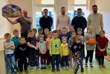 """Stakliškių vaikų darželyje apsilankę """"CBet-KKSC"""" krepšininkai su priešmokyklinukais surengė bendrą mankštos pamoką"""