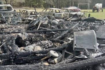 Išmanų kaime sudegė kluonas, 3 automobiliai ir 3 motociklai