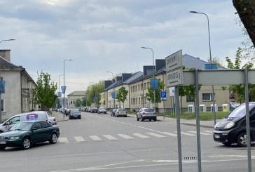 Miesto gatvėse padaugėjo prie darboviečių stovinčių automobilių. Gyvenimas grįžta į vėžes