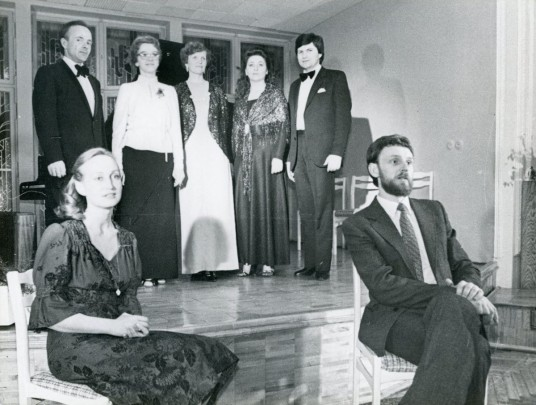 B. Sodaitytė koncerto metu Kauno menininkų namuose. Stovi antra iš dešinės.