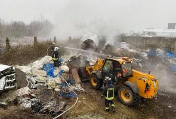 Granulių gamybos įmonės teritorijoje degė susikaupę šiukšlės