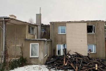 Išlauže degė dviaukštis namas