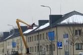 Prienuose nuo daugiabučių stogų šalinamas sniegas