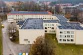 Ant Birštono gimnazijos stogo įrengta saulės fotovoltinė elektrinė