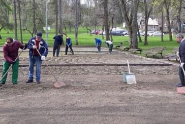 Darom. Birštono sporto centro talka, tvarkant petankės aikštyną (Fotoreportažas)
