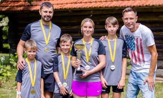 Pelenių šeima iš Salos kaimo iškovojo pirmos vietos taurę ir medalius. Kartu su renginio organizatorium Martynu Karpavičiumi