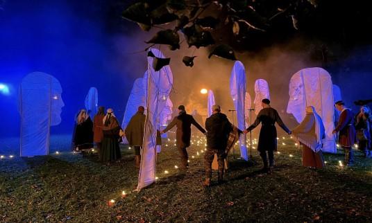 """Nuotraukoje – šviesos ir muzikos reginio """"Protėvių audos"""", kurį išvysime šįvakar Bernardinų sode Vilniuje, fragmentas. Nuotrauka iš FB paskyros """"Trys keturiose""""."""