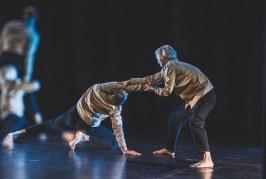 """Spektaklis """"Aside"""": jautrūs judesiai ir atšiauri elektroninė muzika"""