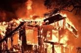 Gaisras Naudžiūnų kaime: sudegė gyvenamasis namas, aviliai, išgelbėtas tvartas ir dar vienas pastatas